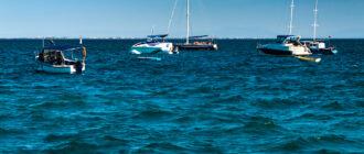 Яхты на рейде в порту Евпатория