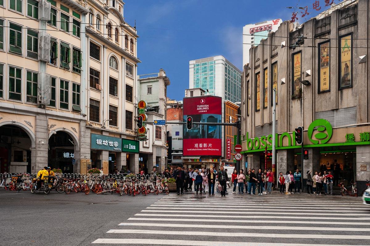Пешеходный переход на улице в Гуанжоу