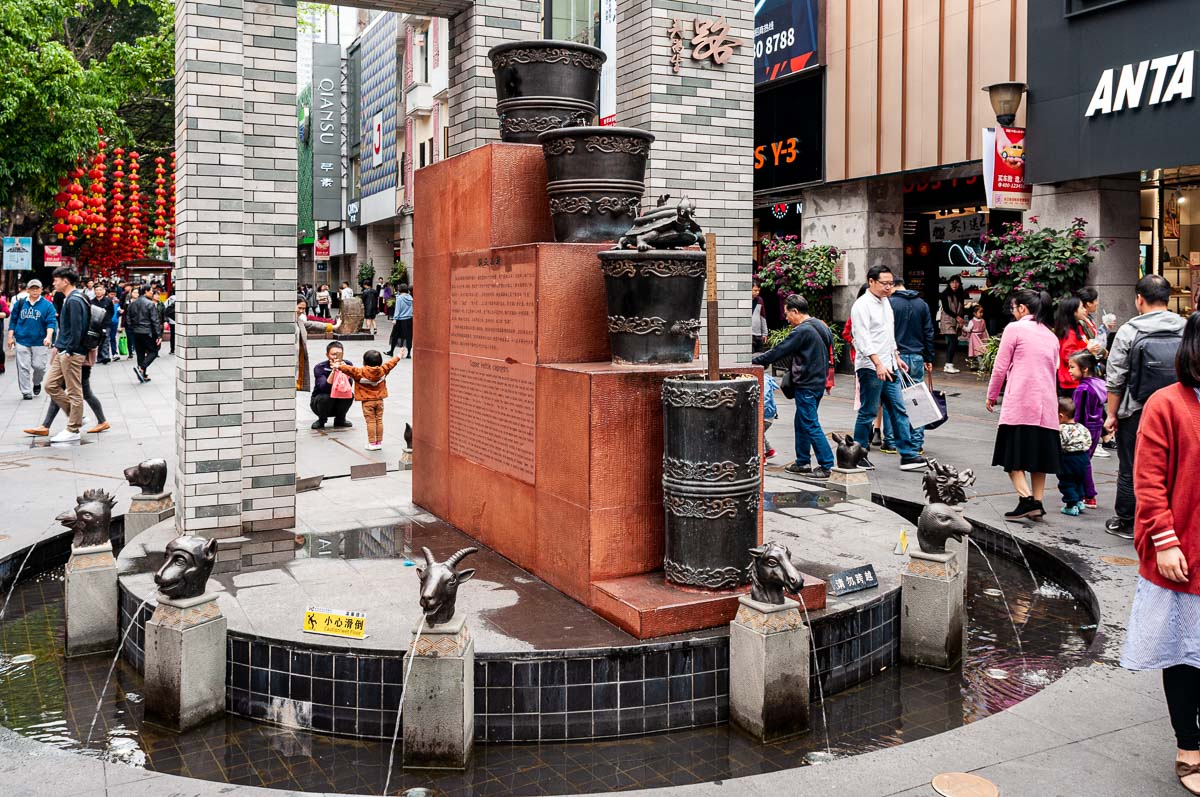 Фото водяных часов на площади в центре Гуанжоу