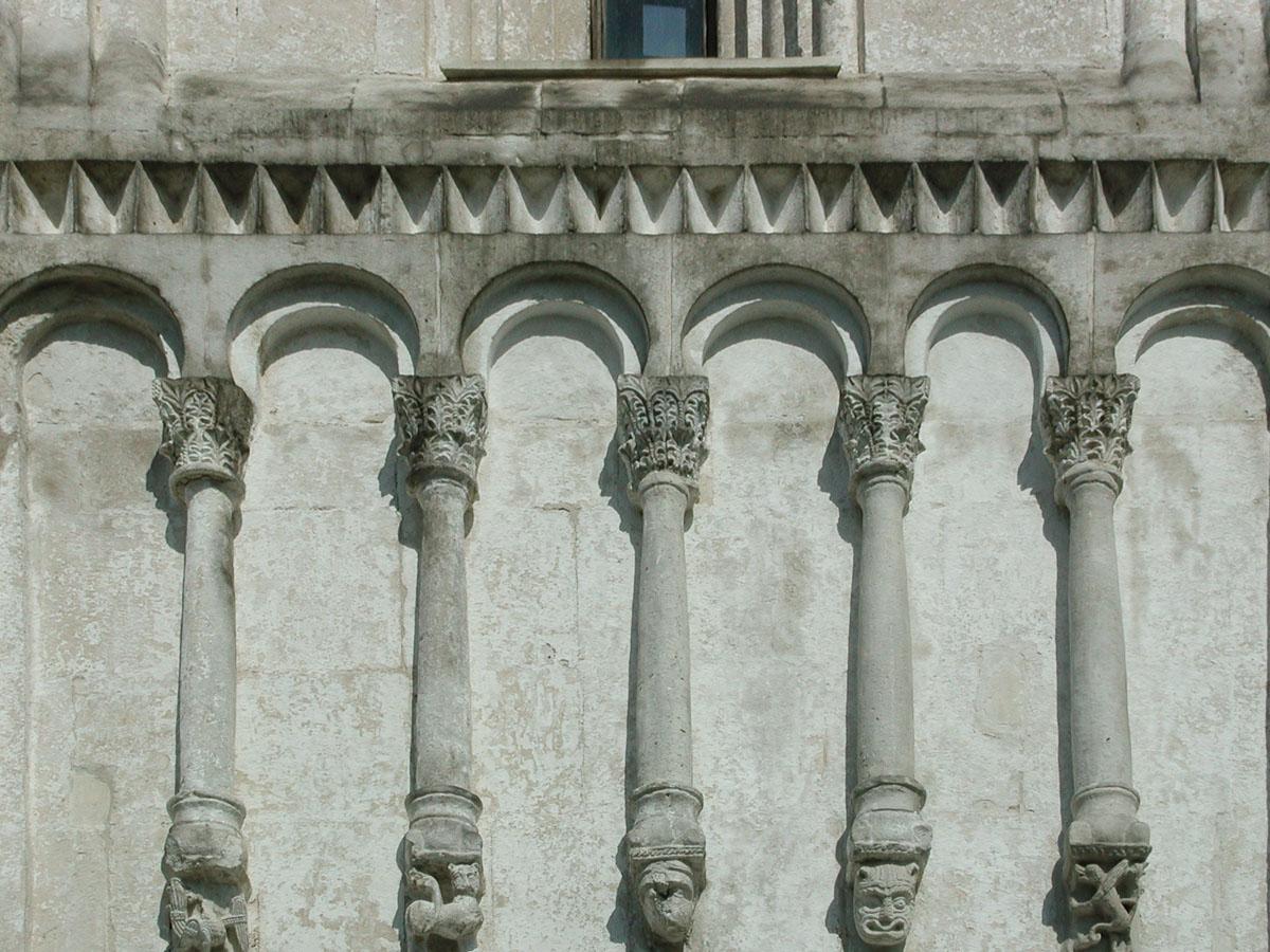 Украшение стены церкви