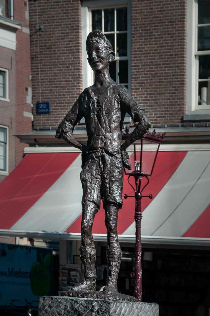 Скульптура амстердамского мальчика