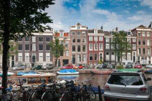 Каналы Амстердама плотно застроены