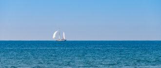Парусник в море