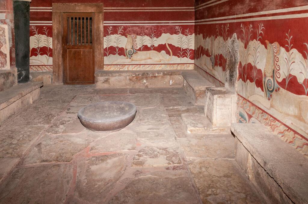 Тронный зал на фото острова Крит